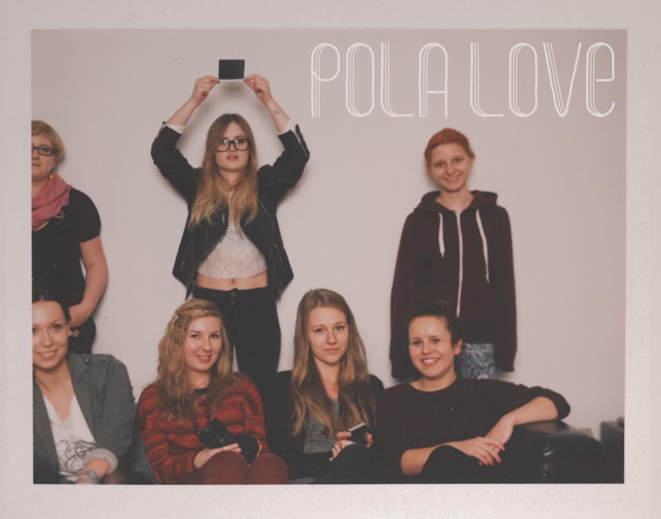 Zdjęcie grupowe uczestniczek warsztatów fotografii natychmiastowej
