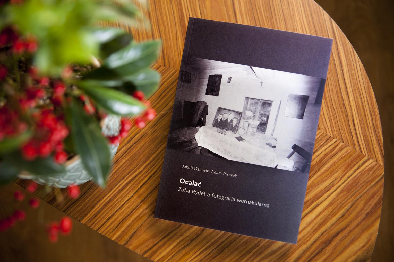 Ocalac Zofia Rydet a fotografia wernakularna Jakub Dziewit Adam Pisarek - książka na stoliku
